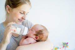 La madre sta alimentando il suo bambino Fotografie Stock Libere da Diritti