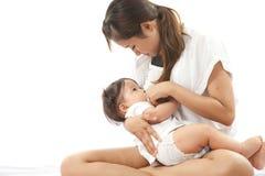La madre sta allattando Fotografie Stock
