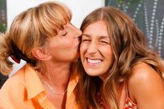 La madre sta baciando la sua figlia Fotografia Stock Libera da Diritti