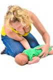 La madre sta esercitandosi della fisioterapia con un bambino neonato fotografie stock libere da diritti