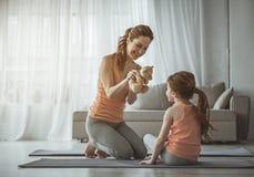 La madre sta giocando con sua figlia a casa Fotografia Stock Libera da Diritti