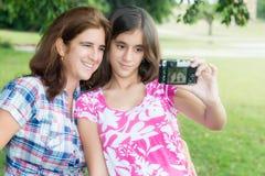 La madre teenager e sua giovane che prende un'immagine di auto Fotografie Stock Libere da Diritti