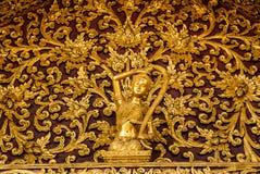 La madre Terra dorata che schiaccia le sue immagini dei capelli in Wat vieta la tana Fotografie Stock