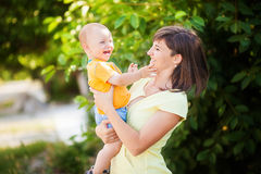 La madre tiene il suo figlio in sue braccia Immagini Stock