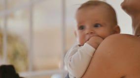La madre tiene suo figlio del bambino sulle mani stock footage