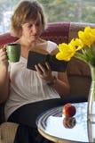 La madre toma una rotura y lee Fotos de archivo libres de regalías