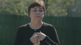 La madre triste accompagna suo figlio alla guerra, ondeggiare stock footage
