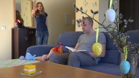 La madre va lavorare insieme e generare il soggiorno con il bambino 4K stock footage