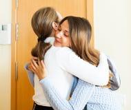 La madre vede fuori dalla figlia adolescente fotografia stock
