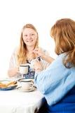 La madre versa il tè Immagini Stock