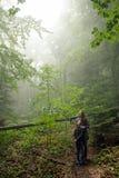 La madre y el hijo en el bosque de niebla verde místico están mirando foto de archivo libre de regalías