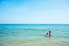 La madre y el hijo están jugando en el mar imagenes de archivo