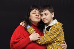 La madre y el hijo se están abrazando Fotografía de archivo