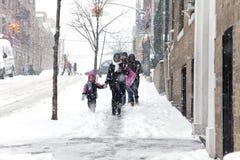 La madre y el niño durante nieve asaltan en Nueva York Imagen de archivo libre de regalías