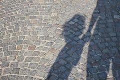 La madre y el niño toman un paseo Imagenes de archivo