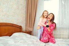 La madre y la hija cantan canciones del Karaoke de la diversión juntas en el cuarto foto de archivo libre de regalías