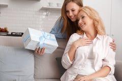 La madre y la hija juntas en casa weekend el regalo de la sorpresa fotos de archivo libres de regalías