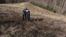 La madre y la hija suben a la colina Ir de excursi?n concepto almacen de video