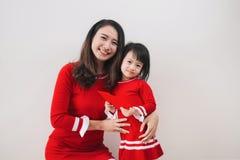 La madre y la hija vietnamitas celebran Año Nuevo en casa Tet H Fotografía de archivo libre de regalías
