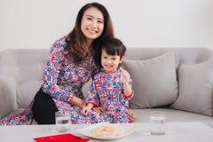 La madre y la hija vietnamitas celebran Año Nuevo en casa Tet H Fotos de archivo