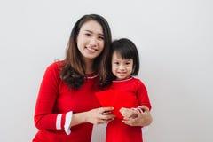 La madre y la hija vietnamitas celebran Año Nuevo en casa Tet H Fotografía de archivo