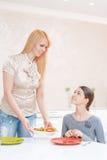 La madre y la hija almuerzan Imágenes de archivo libres de regalías