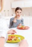La madre y la hija almuerzan Foto de archivo libre de regalías