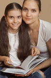 La madre y la hija aprenden una lección del libro imágenes de archivo libres de regalías