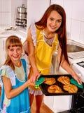 La madre y la hija cuecen las galletas Fotografía de archivo libre de regalías