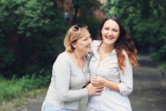 La madre y la hija están en el parque Fotos de archivo