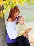 La madre y la hija están en parque del otoño Imágenes de archivo libres de regalías