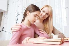 La madre y la hija estudian juntas Imagenes de archivo