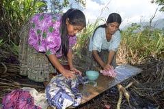 La madre y la hija indias de la vida del pueblo lavan el lavadero Fotos de archivo