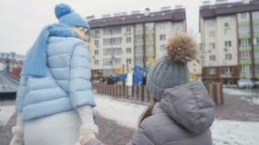 La madre y la hija lindas camina al aire libre en el invierno almacen de video