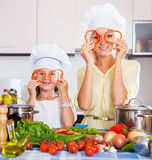 La madre y la hija preparan verduras Fotografía de archivo libre de regalías