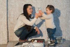 La madre y la hija que adornan un árbol de navidad juega, día de fiesta, regalo, decoración, Año Nuevo, la Navidad, forma de vida Imágenes de archivo libres de regalías