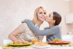 La madre y la hija se dan un beso Imagen de archivo libre de regalías