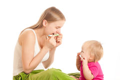 La madre y la muchacha juegan con los cepillos de dientes Imagen de archivo libre de regalías