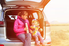 La madre y la pequeña hija viajan en coche en montañas Imagen de archivo libre de regalías