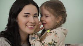 La madre y la pequeña hija confían en sus secretos el uno al otro almacen de metraje de vídeo