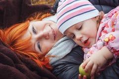 La madre y su muchacha del niño de la hija se divierten en el campo imagen de archivo
