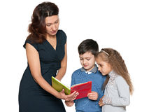 La madre y sus niños leyeron el libro Fotografía de archivo