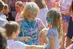 La madre y sus niños se están divirtiendo en el festival anual de la pintura Fotos de archivo libres de regalías