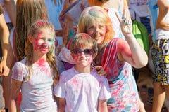 La madre y sus niños se están divirtiendo en el festival anual de la pintura en parque Imagenes de archivo