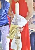 La madrina tiene la grande candela battezzante Fotografia Stock Libera da Diritti