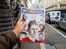 La magazine avec des visages de connaissent des étoiles de football Image libre de droits