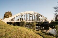 La maggior parte del ponte colorato bianco del conceret di hrdinu di Sokolovskych sopra il fiume di Olse con l'albero variopinto  fotografia stock libera da diritti