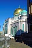 La maggior parte della moschea di Mosca sul fondo del cielo blu fotografie stock