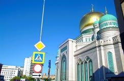 La maggior parte della moschea di Mosca sul fondo del cielo blu fotografie stock libere da diritti