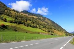 La maggior parte della strada della montagna nelle alpi austriache Immagine Stock